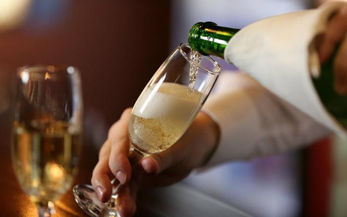 наливать шампанское в бокал