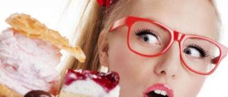 девушка смотрит на торт