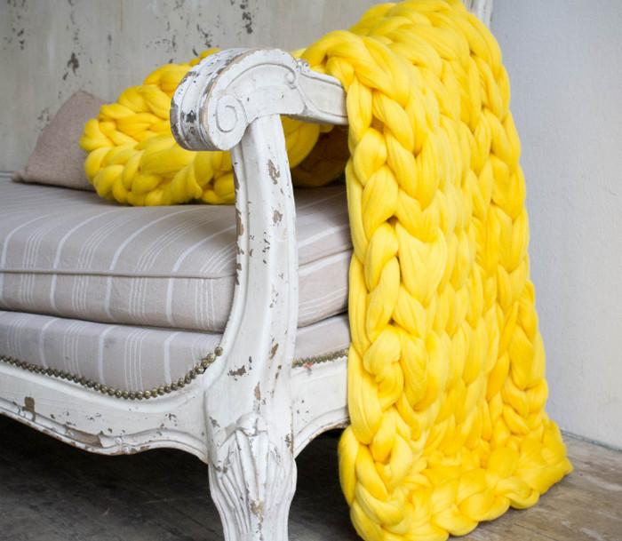 желтый плед на сером диване