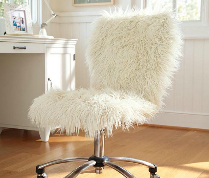 меховая накидка на стуле