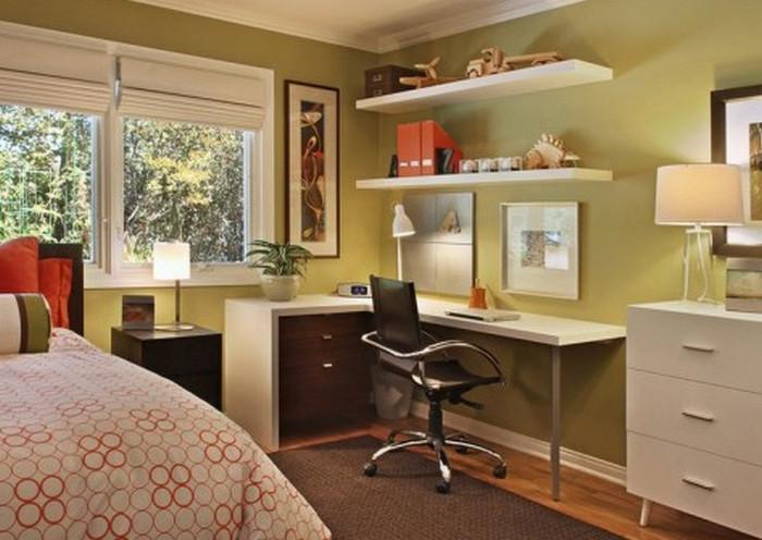 стол возле окна