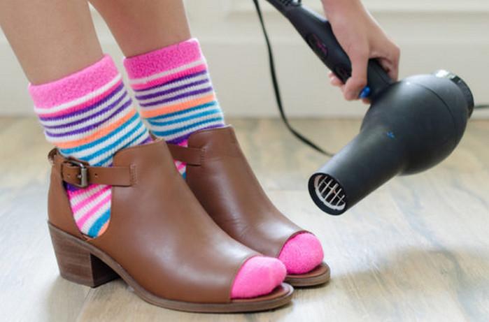 прогревает обувь феном