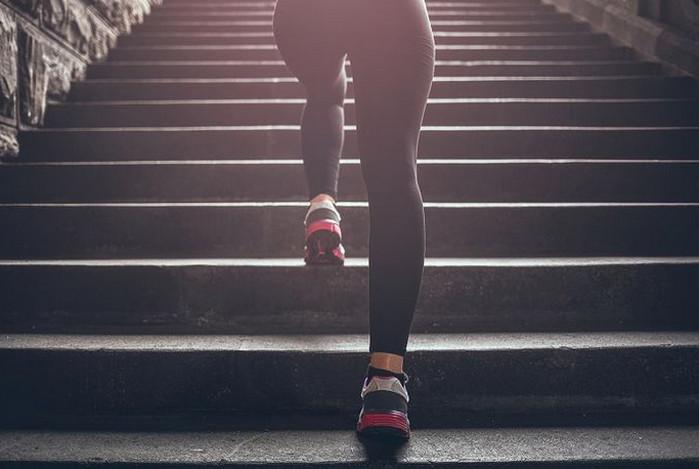 девушка поднимается по лестнице