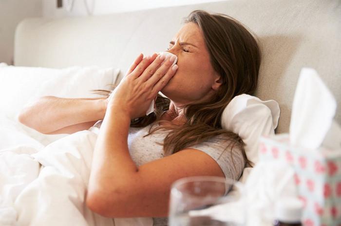 женщина с простудой в кровати