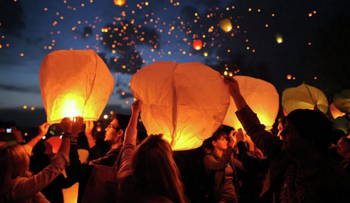 китайский фонарик в небе