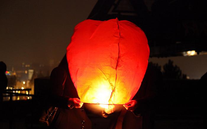 влюбленные запускают китайский фонарь