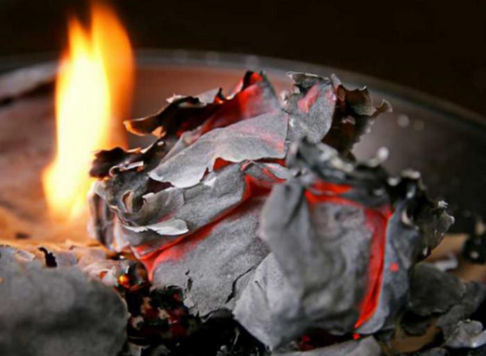пепел от сожженной бумаги