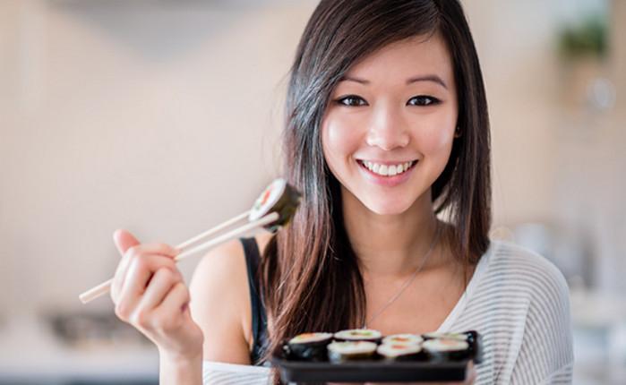 японка ест суши