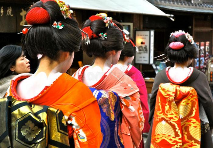 гейши прогуливаются
