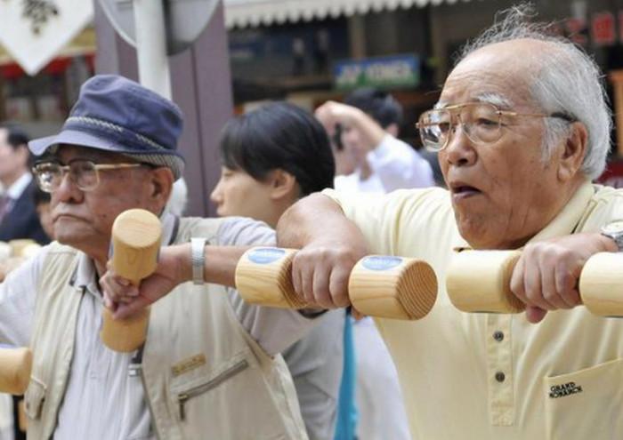 пожилые японцы занимаются спортом