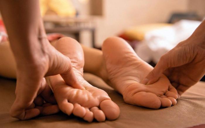 человек делает массаж стоп