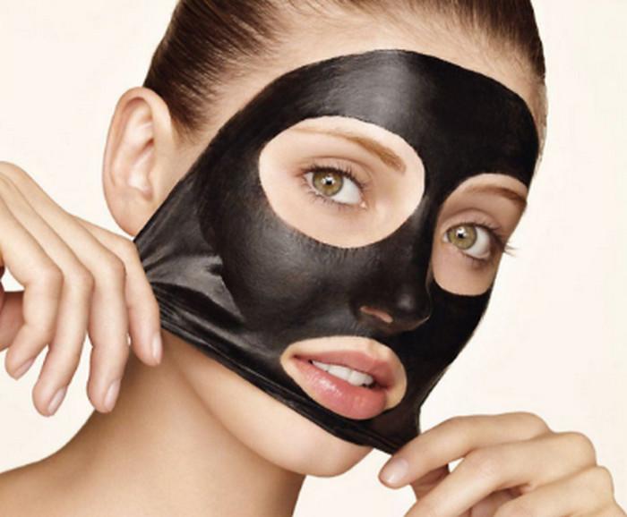 девушка снимает черную маску с лица