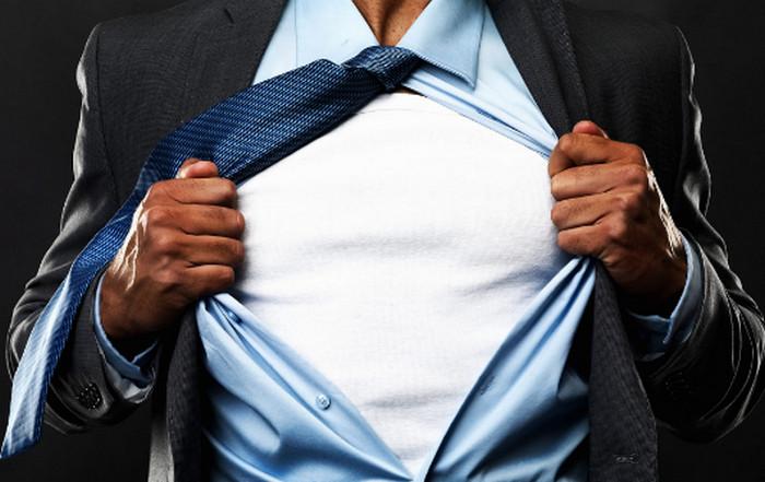 мужчина снимает рубашку