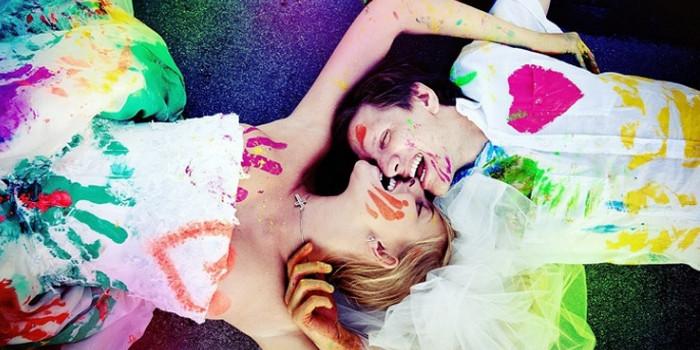 парень и девушка разрисованы краской