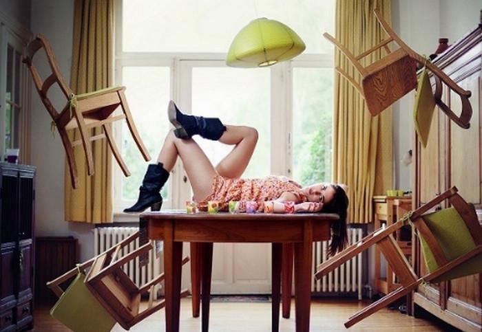 мебель летает по комнате