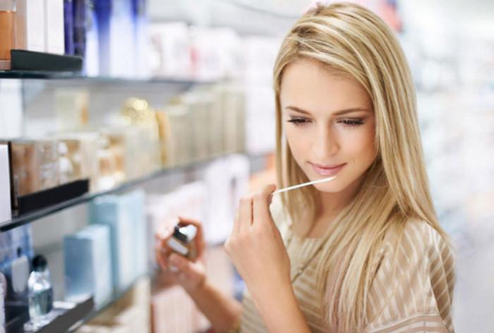 девушка нюхает блоттер в магазине