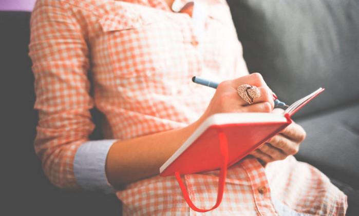 женщина что-то пишет в записной книге