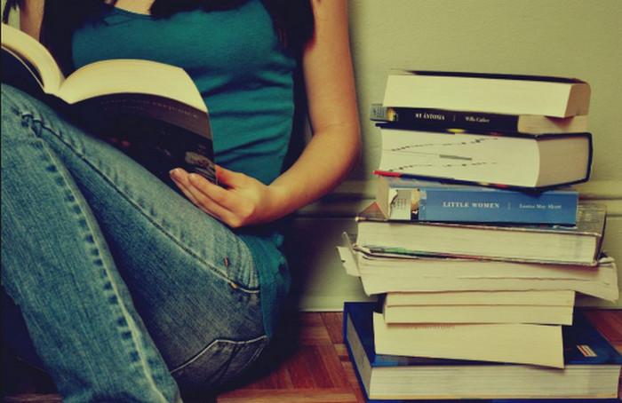 подросток читает