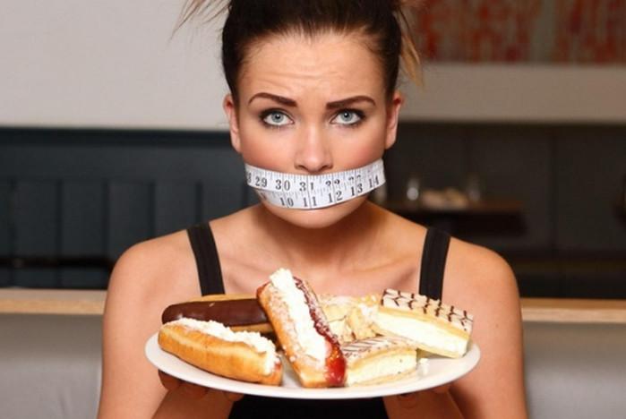 девушка держит тарелку с пирожными