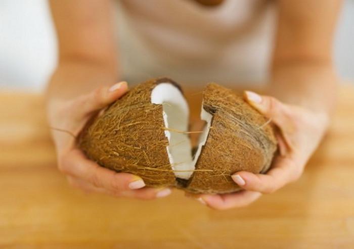 девушка разламывает кокос