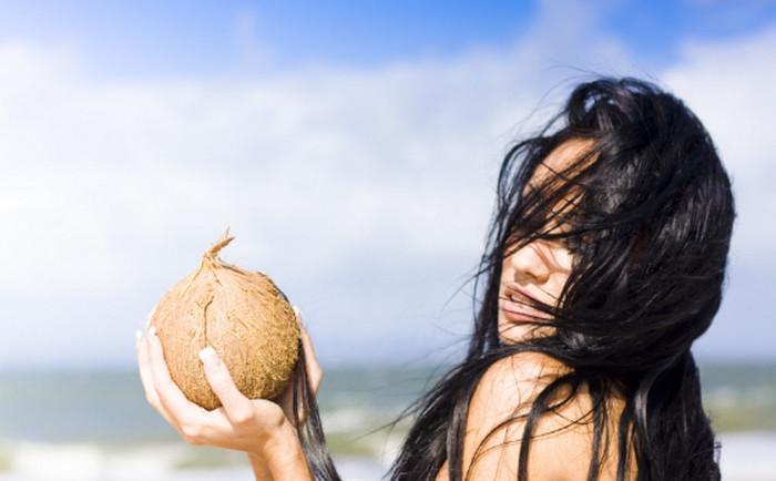 девушка держит кокос