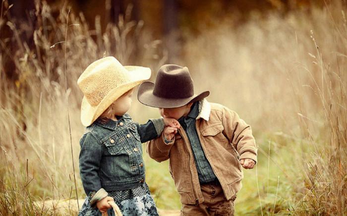 мальчик целует руку девочке