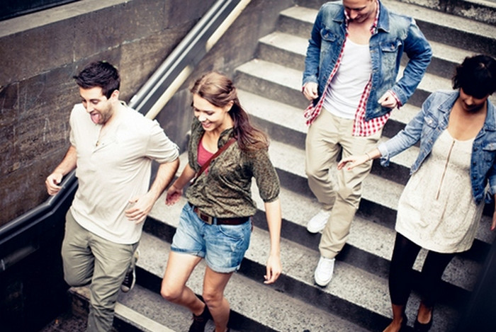 пара спускается по лестнице