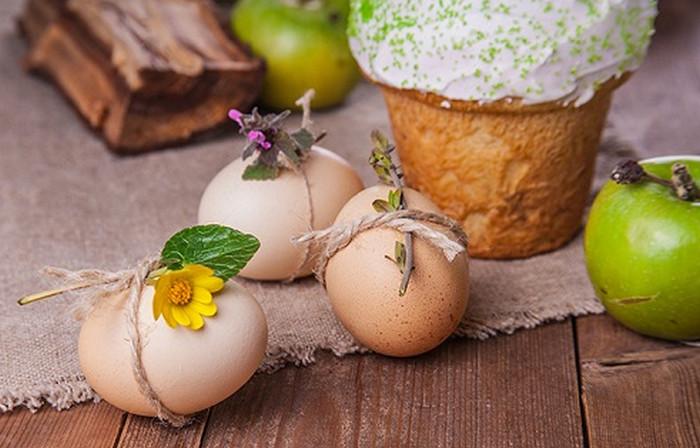 привязанные цветочки и листочки к яйцам