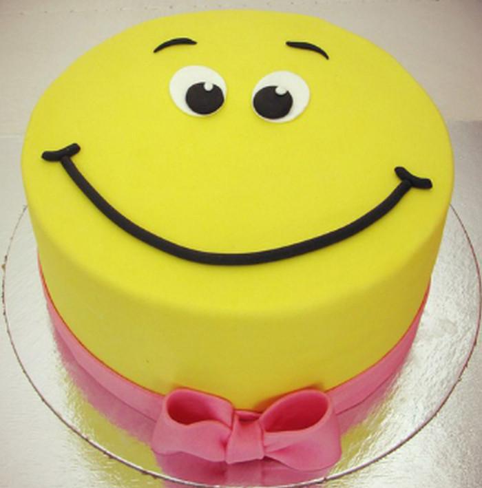 торт с улыбкой на глазури