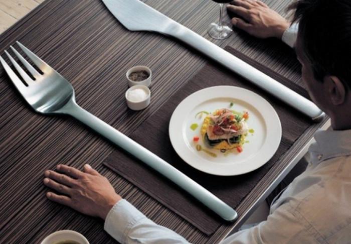 столовые приборы возле тарелки