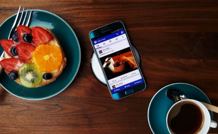 мобильный телефон на столе с едой