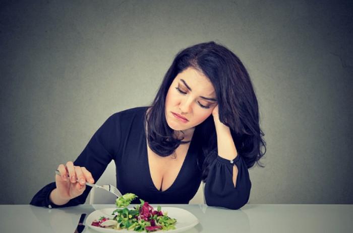женщина недовольна едой