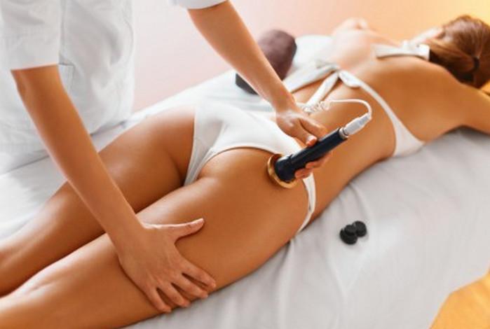 мастер делает девушке антицеллюлитный массаж