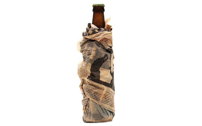 завернутая в газету бутылка пива