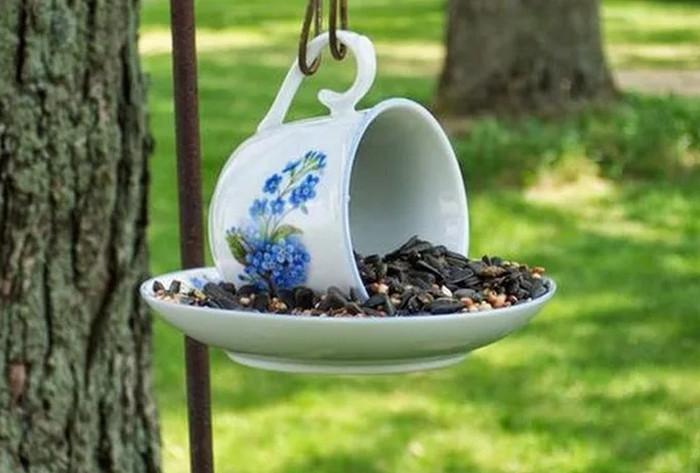 кормушка для птиц из чашки с блюдцем