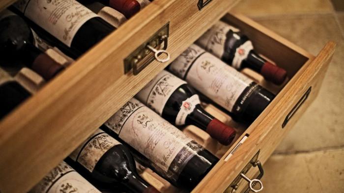 вино в шкафу