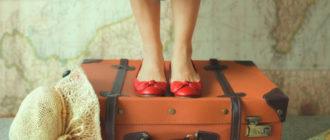 девушка и чемодан