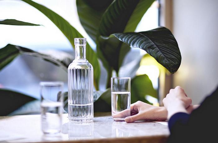 графин с водой на столе