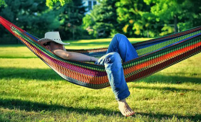 мужчина спит в гамаке