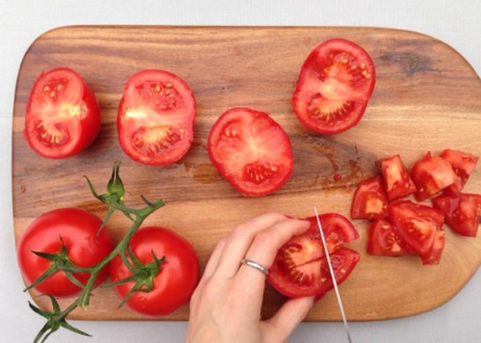 резать помидоры