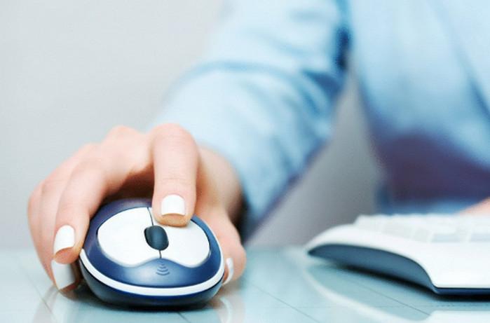 рука лежит на компьютерной мышке