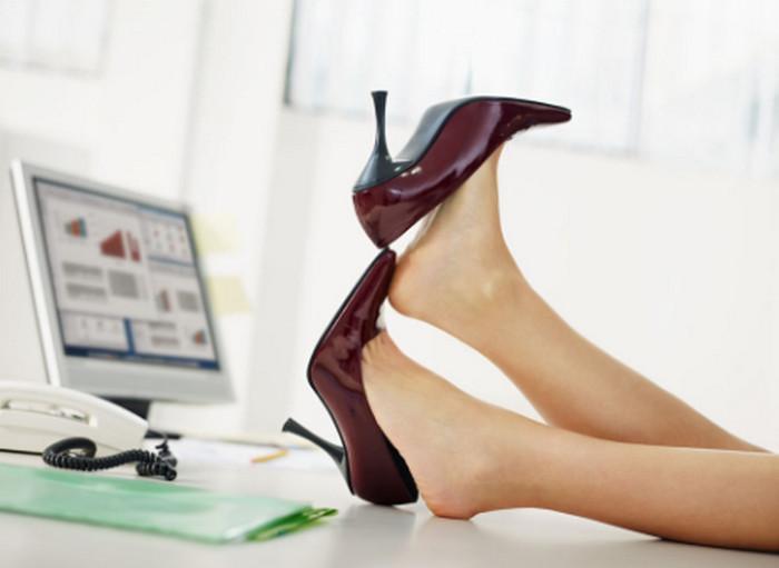 женщина отдыхает за рабочим столом