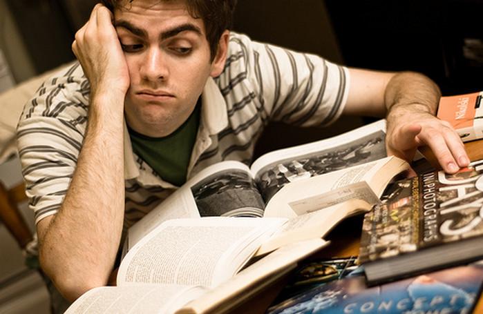 мужчина читает скучную книгу