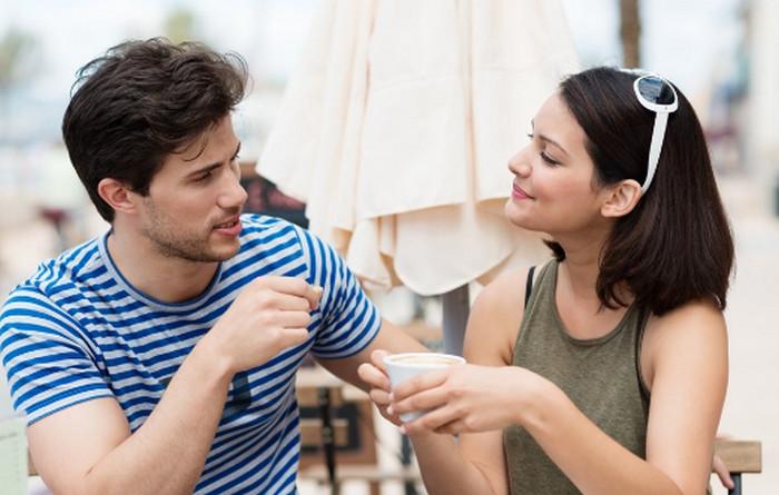 парень с девушкой общаются