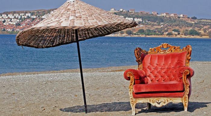 пляж с зонтиком