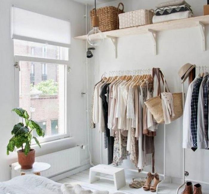 одежда на напольной вешалке