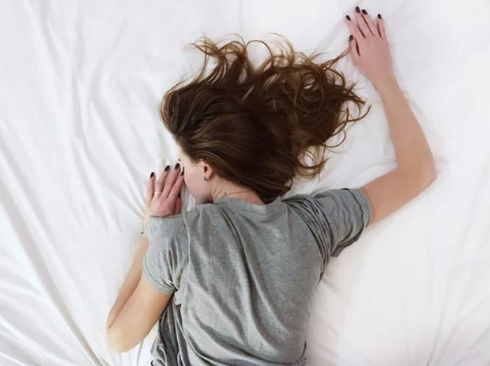 девушка лежит на кровати