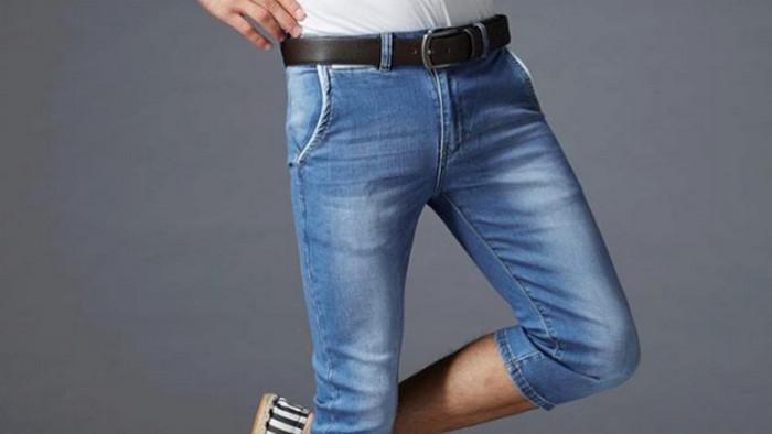 парень в узких джинсах