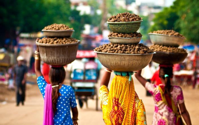 индийцы несут еду на голове