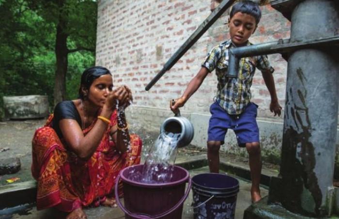 индийские дети пьют воду
